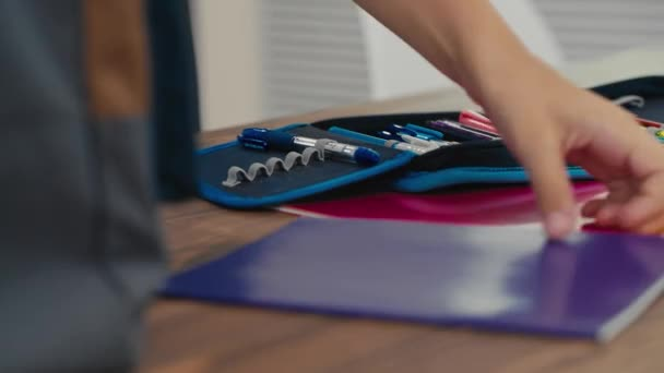 Iskolás helyezi a notebookok egy iskola táska. Vissza az iskolába