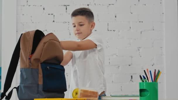 Školák se umístí v batohu, učebnice, sešity, oběd. Zpátky do školy.