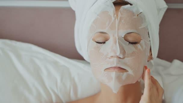 Frau mit Kosmetikmaske im Gesicht