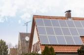 Solárních panelů instalovaných na střeše domu