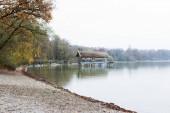 Fotografie Malerische Aussicht auf den alten hölzernen Bootshaus in Inning am Ammersee, Deutschland