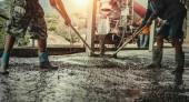 Beton mit Arbeiter-Mischzement auf Baustelle gießen