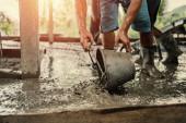 Arbeiter mischen Zement auf Baustelle