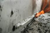 Nahaufnahme Hand des Arbeiters Verputz an Wand für Hausbau