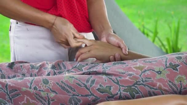 Девушке делают массаж на пляже видео массажистки частные раменское