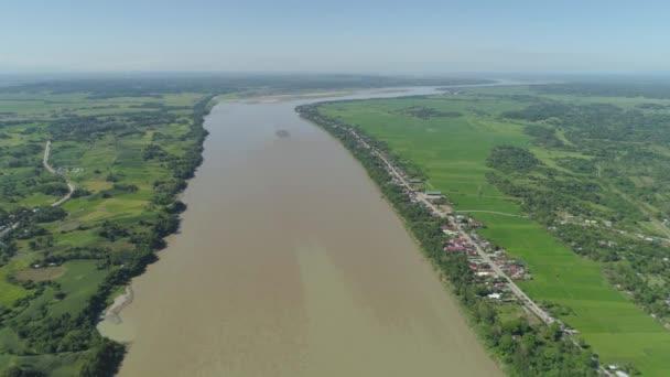 Řeka v zemědělskou půdu. Filipíny, Luzon