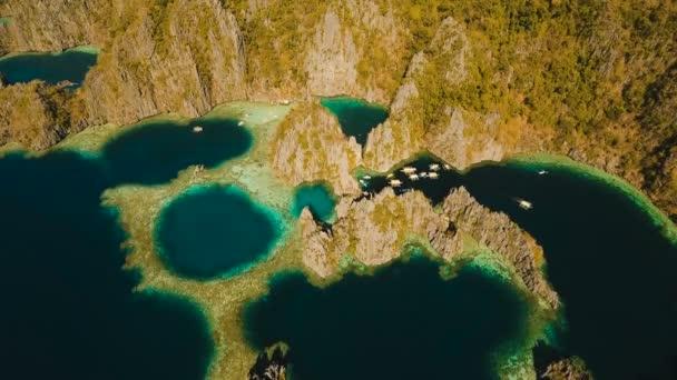 Légifelvételek Twin lagoon, tenger, tengerpart. Trópusi szigeten. Busuanga, Palawan, Fülöp-szigetek.