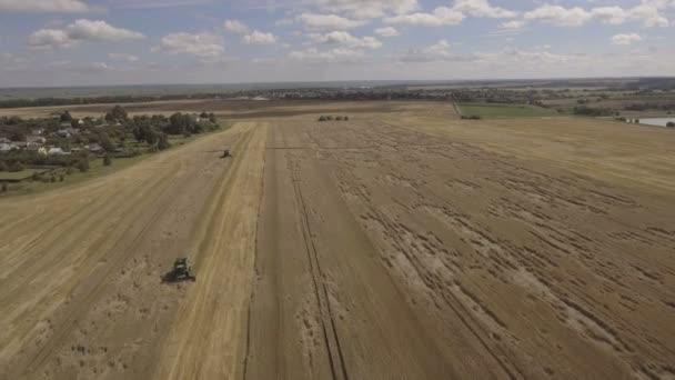 Dva Kombajn na pšeničné pole při sklizni. Letecký pohled na zemědělské půdy s harvester.Combine sklizeň pšenice. Letecký pohled na zemědělské půdy s kombajn. Pracovní sklizeň sklízecí