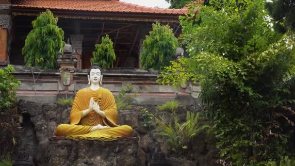 Socha Buddhy buddhistický Bůh v buddhistickém chrámu Brahma Vihara Arama se sochami bohů na ostrově Bali, Indonésie. Bali architektura, starověké design. Cestovní koncept
