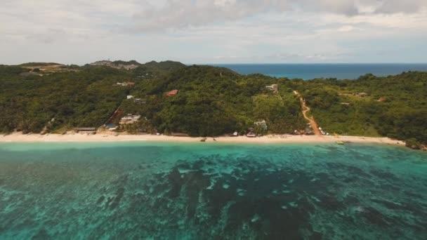 tropické písčité pláže s palmami