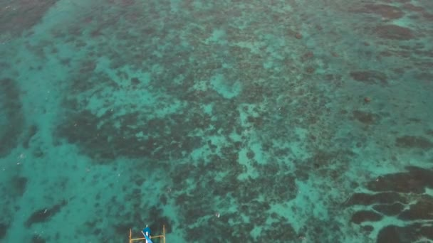 Plachetnice v modrém moři. Boracay island Filipíny