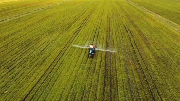 Traktor je rozprašování hnojiv pole.