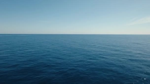 Letecký pohled: mořské hladiny vody s vlnami. Létání nad modrý oceán v azurově Laguna. Bali,Indonesia.4k video. Cestovní koncept. Letecké záběry.