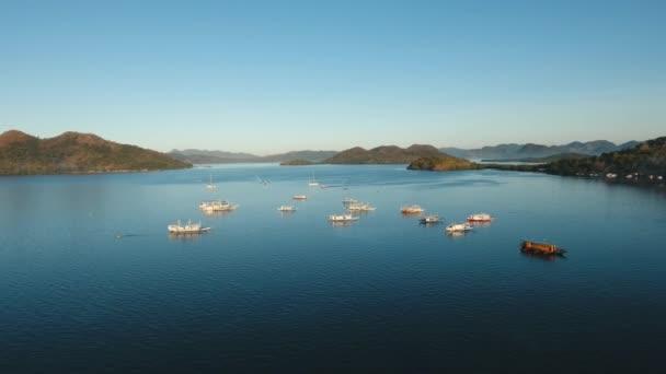 Trópusi tengeri öböl csónakokkal.