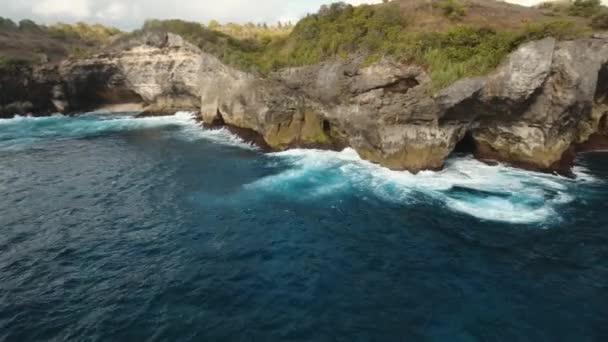 Přímořská krajina skály, moře a vlny u Nusa Penidy, Bali, Indonésie