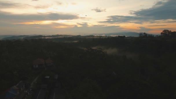 Tropická krajina při západu slunce, Bali, Indonésie.