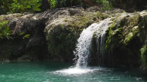 Krásný tropický vodopád. Filipíny, Luzon