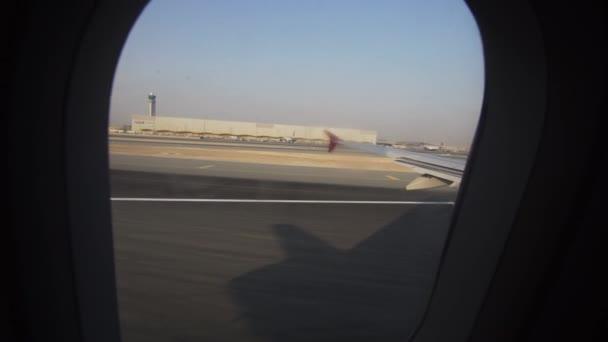 Vzlet letadla z letiště, pohled oknem letadla. 4k videa. Cestovní koncept