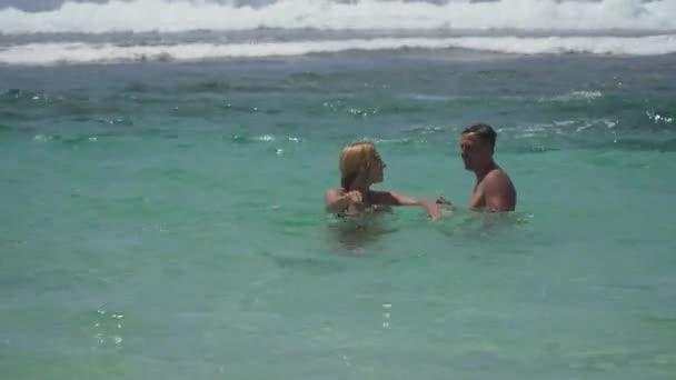 boldog pár a tengeren.