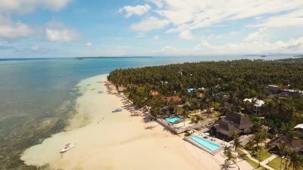 Tropické pláže a tyrkysové moře