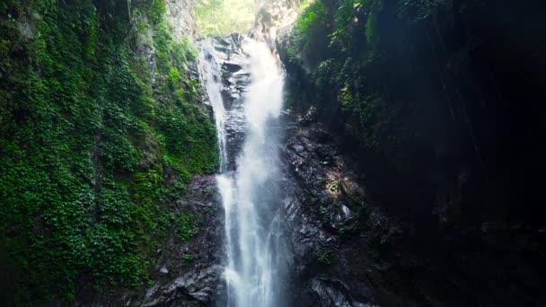 Schöner tropischer Wasserfall.
