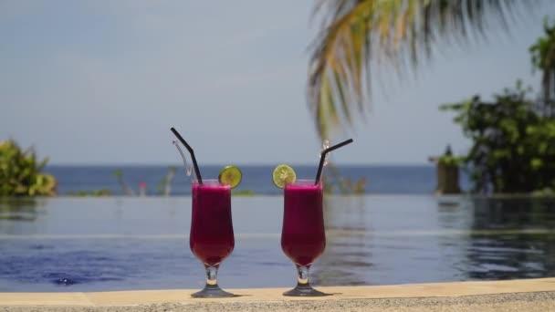 Gläser mit Cocktail in der Nähe des Pools.