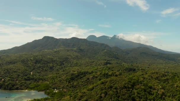 trópusi táj-tenger partján, a hegyek