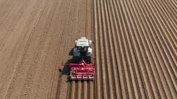 Mezőgazdasági területen tárcsás boronával felszerelt traktor
