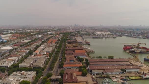 teher- és utastengeri kikötő Surabayában, Javában, Indonéziában