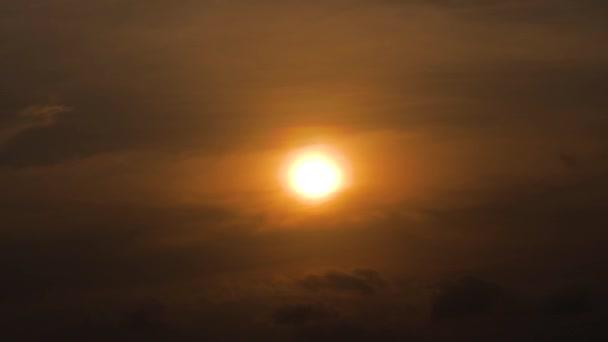 oranžové slunce na obloze