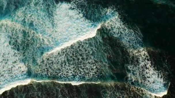 Mořské vlny a mořský příboj, letecký výhled.