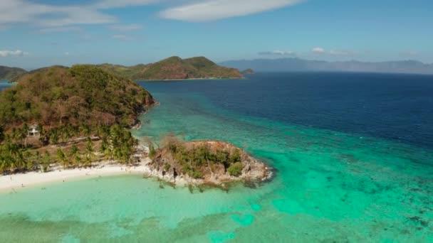 Kis sziget, fehér homokos stranddal, felülnézet.