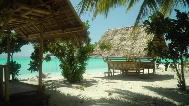 Trópusi tengerpart nyári pavilonokkal.