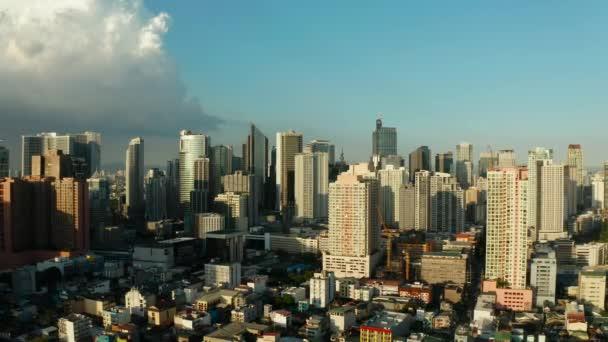 Manilské město s mrakodrapy, letecký pohled na Filipíny.