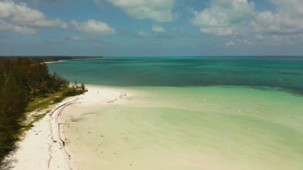 Trópusi sziget homokos stranddal. Balabac, Palawan, Fülöp-szigetek.