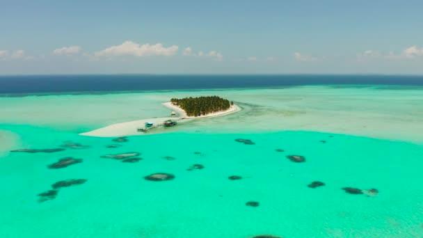Trópusi sziget egy stranddal az atollon. Onok-sziget Balabac, Fülöp-szigetek.