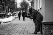 Foto von alten hungrigen obdachlosen Bettlerinnen, die auf der Straße um Almosen betteln.