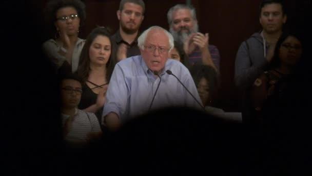Bernie Sanders cituje náklady zamyká lidí versus vzdělání. 2. června 2018 v Rally za spravedlnost v centru Los Angeles, Kalifornie