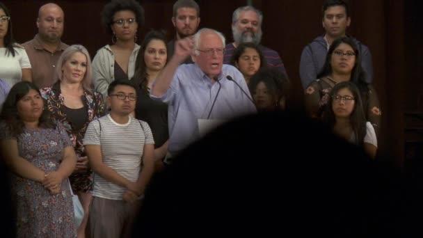 Bernie Sanders se ptá, jak válka proti drogám ovlivňují pracovní místa a vzdělání. 2. června 2018 v Rally za spravedlnost v centru Los Angeles, Kalifornie