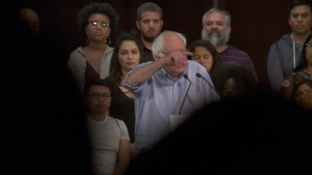 Bernie Sanders zdůrazňuje význam výchovy přes uvěznění. 2. června 2018 v Rally za spravedlnost v centru Los Angeles, Kalifornie.