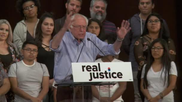 Bernie Sanders mluví o tento národ konečně věnovat pozornost těmto problémům. 2. června 2018 v Rally za spravedlnost v centru Los Angeles, Kalifornie.