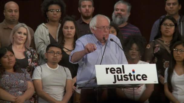 Bernie Sanders tlačí vpřed k otázkám trestního soudnictví. 2. června 2018 v Rally za spravedlnost v centru Los Angeles, Kalifornie