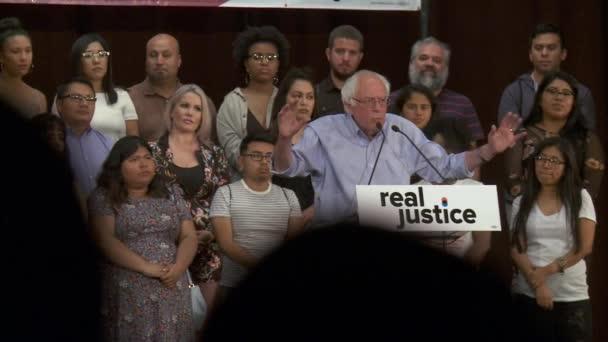 Bernie Sanders vyzývá k pomoci vypořádat se s problémy, ne je zamknout. 2. června 2018 v Rally za spravedlnost v centru Los Angeles, Kalifornie