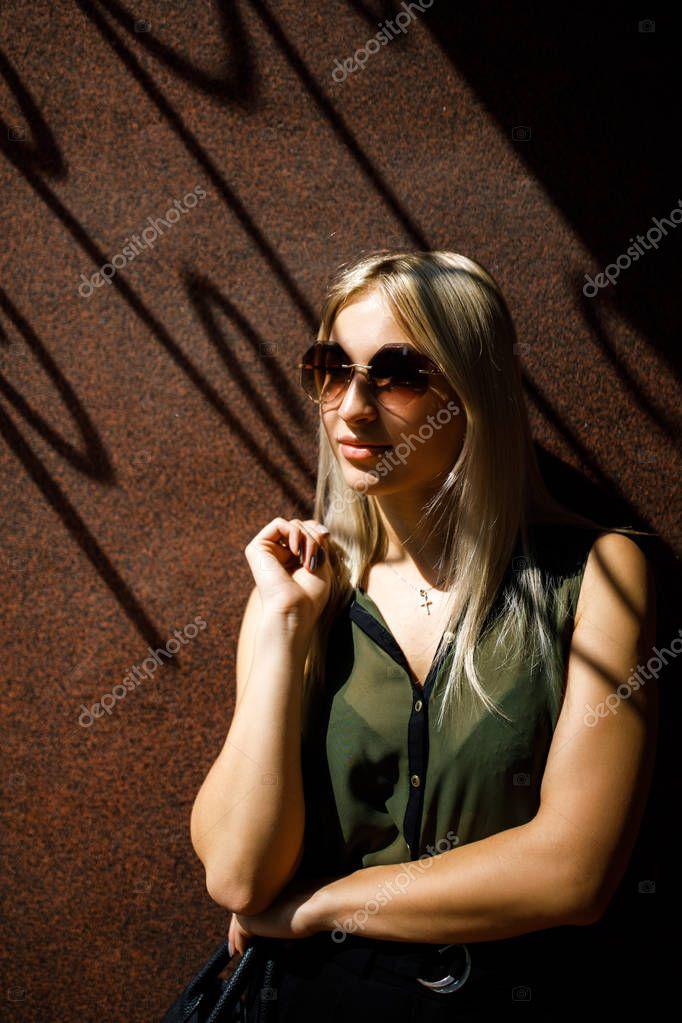 Электромонтер прет в очко блондинку — pic 10