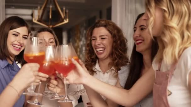 Junggesellinnenabschied von Erwachsenen Frauen drinnen. Schließen Sie oben von den Mädchen trafen sich für einen Junggesellenabschied. Sie trinken Cocktails aus große Weingläser. Lachend. Fröhlich und positiv