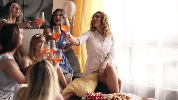 Schöne Szene von einem Freundinnen Spaß Zeit zusammen. Feiern, trinken Alkohol Cocktails mit Brautjungfer. Schreien und die Gläser Klirren. Schickes Interieur. Slow-motion