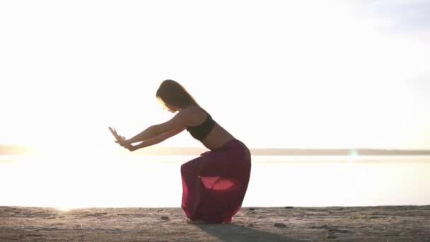 Žena v Jóga oblečení jógu na pláži a u vody. Mix pózy. Jóga představuje - cobra. Meditace. Asana - Bhujangasana