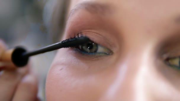 Velmi blízko oka mladých ženách. Maskér pečlivě použití černé řasenky. Kavkazská model se zelenýma očima