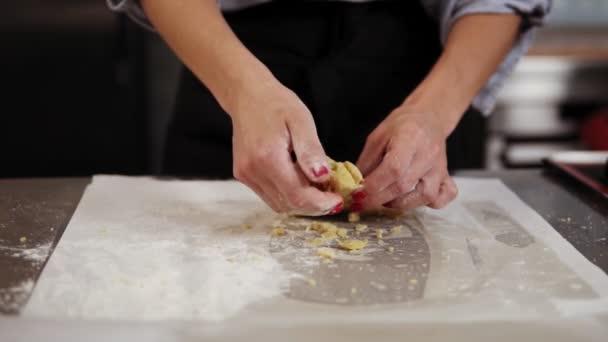 Detailní záběr rukou Zenske hnětení těsta na koláč nebo sušenky. Cukrář, příprava sladké pekařství v kuchyni. Kuchařských kurzů, koncept Kuchyně vaření, domácí pečivo