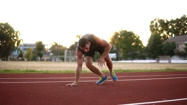 Sportovní fitness člověk dělá cvičení kliků. Mužské sportovce vykonávající push venku. Pes boxer zapadnout crossfit cvičení venku. Koncept zdravého životního stylu